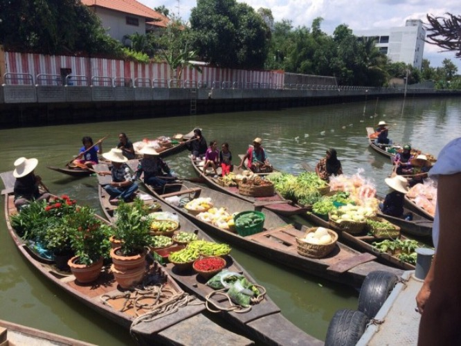 things to do in bangkok floating market vibe
