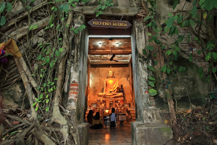 Authentic floating market and temple trip