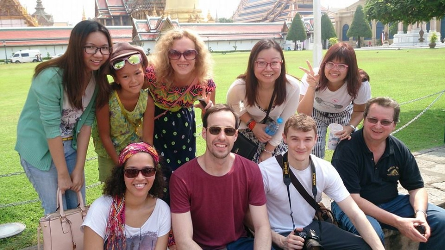 travel like a local in thailand_have new friends