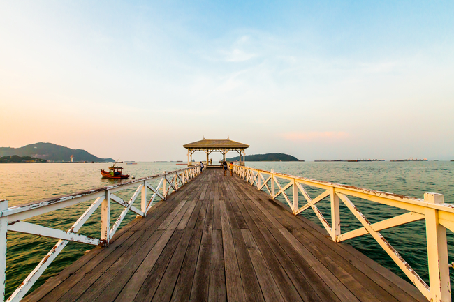 Romantic Places in Thailand for Honeymoon and Couples Stroll along Asadang Bridge and feel the Thai-European atmosphere on Sichang Island in Chonburi